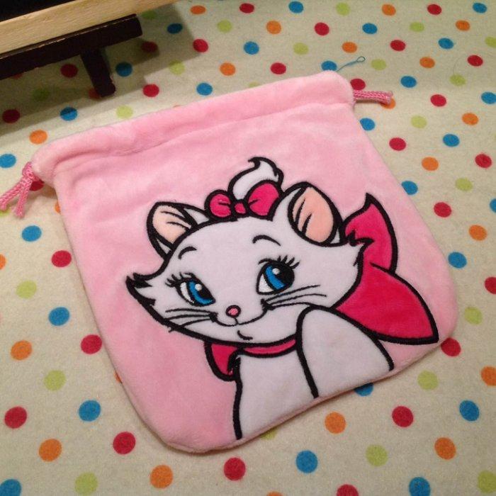 =優生活=迪士尼 嫵媚貓 瑪莉貓毛絨束口袋 卡通拉繩袋 移動電源包 收納袋 衛生棉包 化妝包 相機包