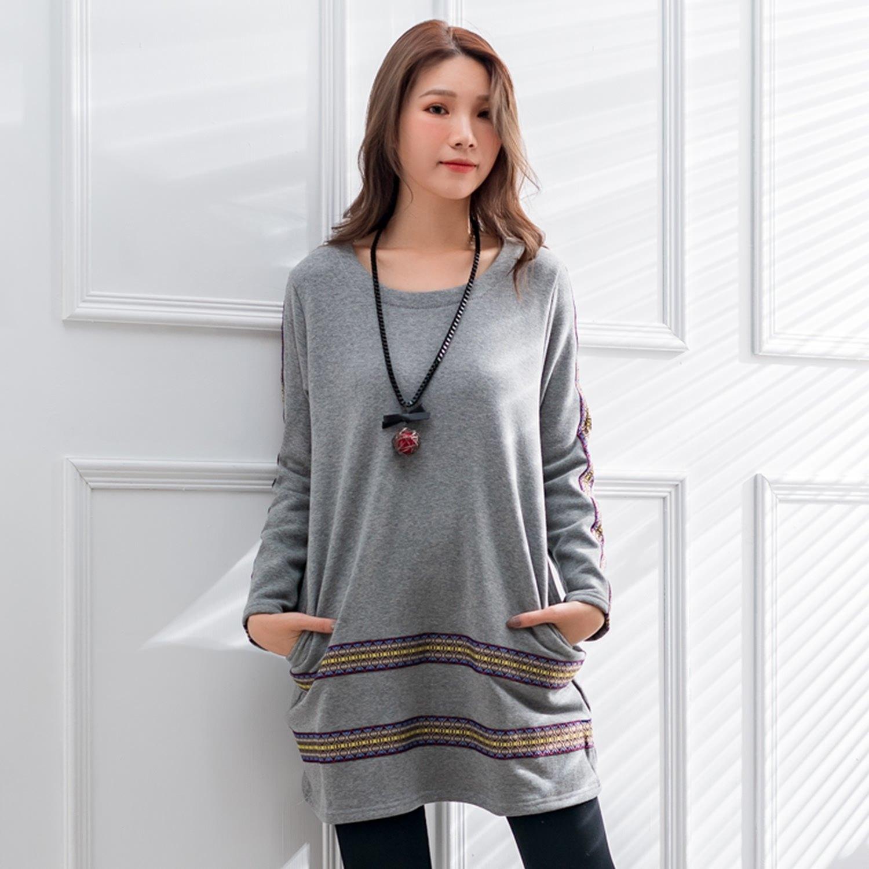 刷毛上衣--舒適保暖民族風刺繡口袋寬鬆複合絨長袖長版上衣(黑.灰L-2L)-X366眼圈熊中大尺碼 0