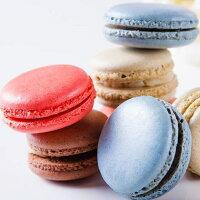 分享幸福的婚禮小物推薦喜糖_餅乾_伴手禮_糕點推薦【婚禮小物】10盒馬卡龍禮盒***免運***,(1盒6顆馬卡龍,10盒共計60顆),口味分別為:草莓,蔓越莓,可可,抹茶,香橘,藍莓(隨機出貨)  傳說中少女的酥胸, 嬌嫩的法式小圓餅, 將糖粉、杏仁粉與牛奶混和製作而成, 中間夾入甘納許內餡, 滋味更是讓人魂牽夢縈。  細膩、圓周的特有皺褶, 彷彿少女穿上蓬裙般俏麗, 入口濕度適中,綿密可期, 將幸福化在嘴裡,甜在心裡。