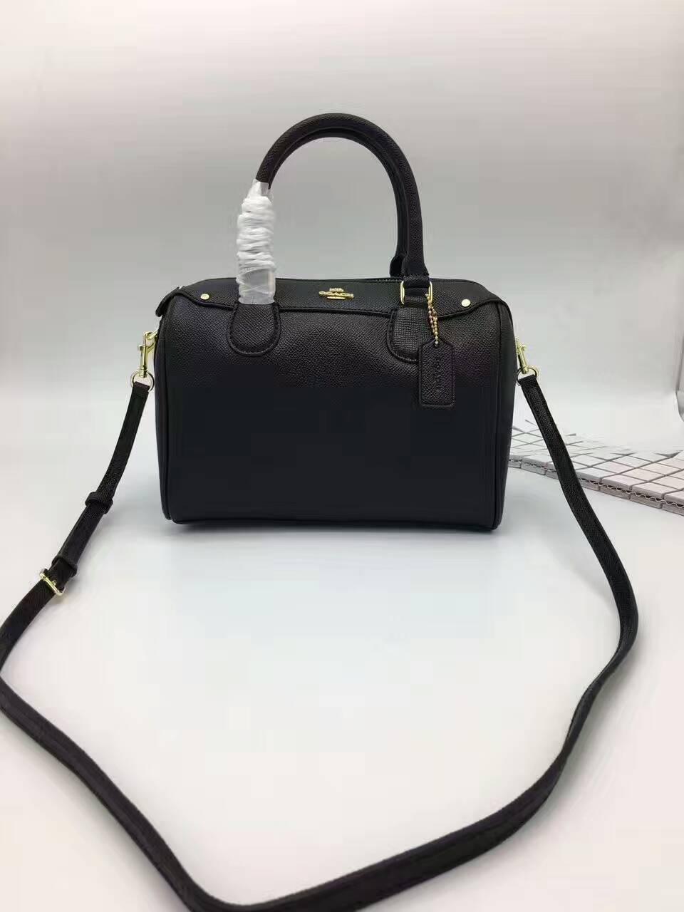 國外Outlet代購 COACH F57521 顆粒壓紋純色波士頓枕頭包 肩背包 手提包 斜背包 黑色