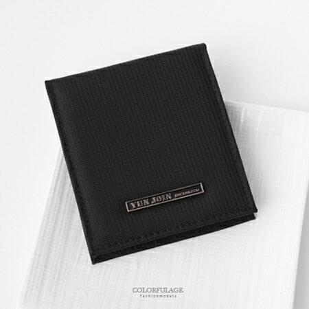 皮夾 簡約鐵牌英文字黑色尼龍對折短夾 貼心收納小配件 輕巧耐髒實用 柒彩年代【NW453】有零錢袋
