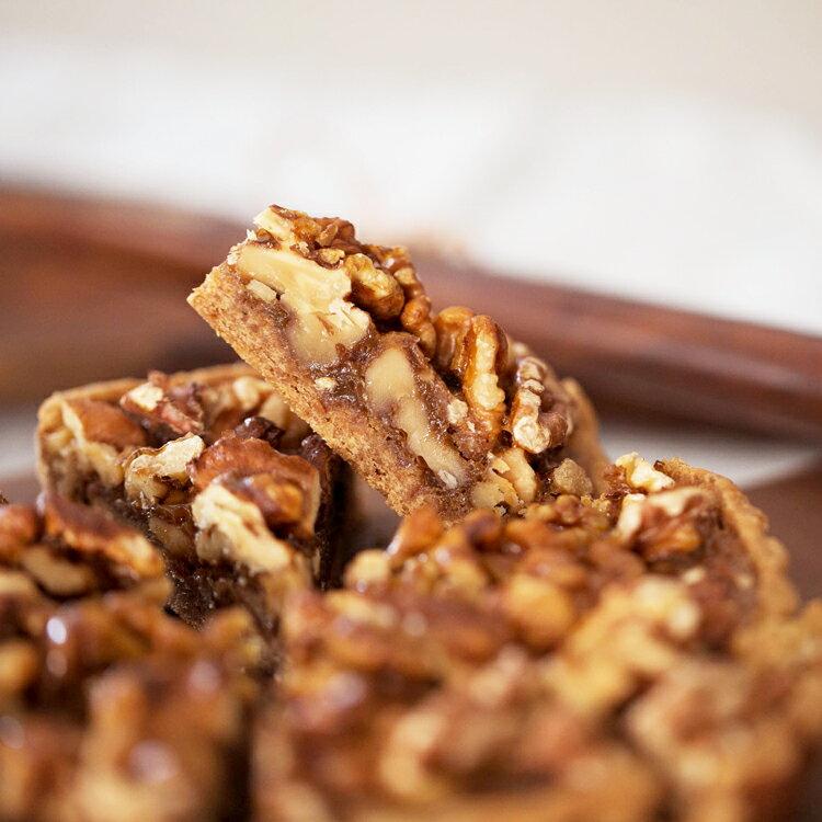 焦糖核桃派6吋【美地瑞斯】使用烤過的核桃,淋上紅砂糖製作的焦糖,濃濃的香氣不會過於甜膩喔!焦糖香蕉派3吋+純巧克力派3吋 ps.3吋派為求商品完整不切片喔!