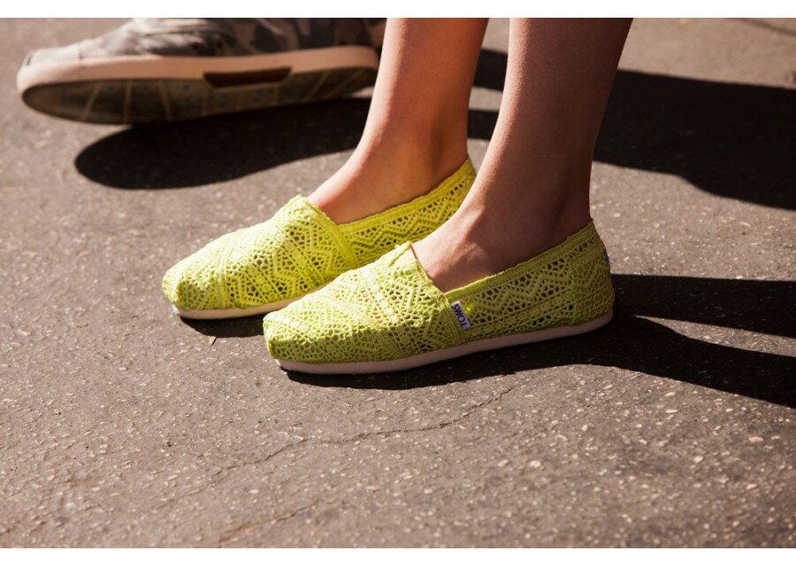 【TOMS】果綠色蕾絲鏤空繡花平底休閒鞋  Neon Lime Crochet Women's Classics 8