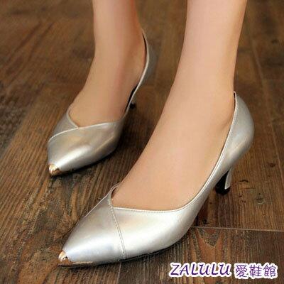 ☼zalulu愛鞋館☼ GB165 現貨 歐美風金屬裝飾美腿V口設計尖頭中跟鞋-黑/銀/紅/粉-35-40
