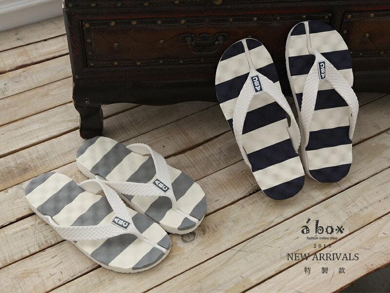 格子舖*【AT889A】橫條按摩鞋底超人氣情侶海灘拖 人字拖(男40-44) 2色現貨