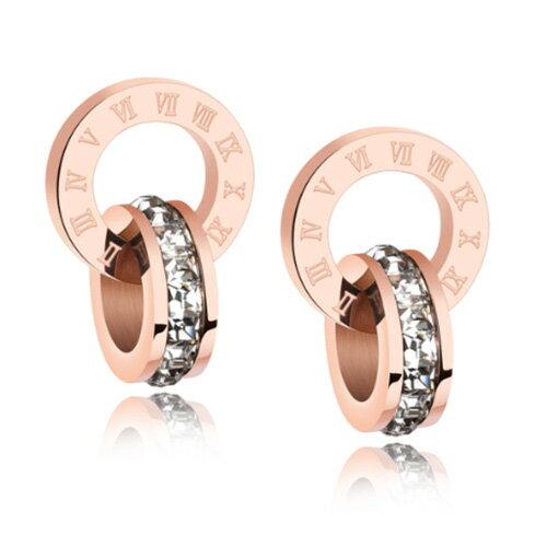 《QBOX》FASHION飾品【E100N367】精緻氣質羅馬數字雙環扣鑲鑽玫瑰金316L鈦鋼插式耳環