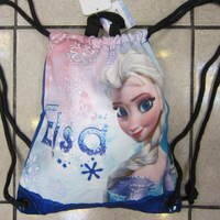 兒童書包推薦到~雪黛屋~冰雪奇緣束口後背包正版授權公司防水帆布材質外出郊遊小背包成人兒童均適用 XEN0005 粉-艾莎就在雪黛屋精品皮件推薦兒童書包