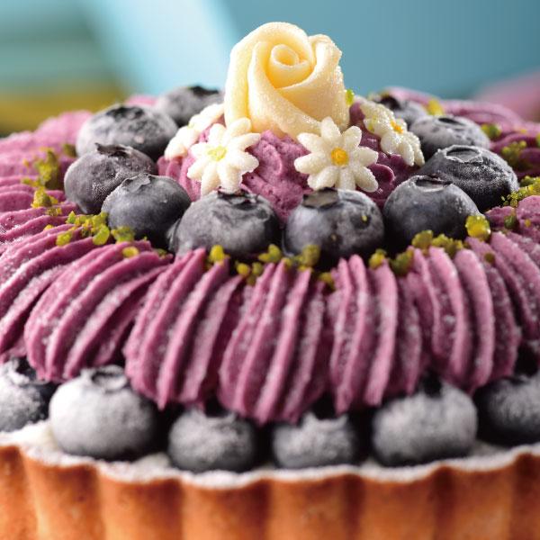 喬伊絲 手作甜品★6吋 莓瑰花紗★以法國藍莓果泥X師傅獨創可爾必思乳酪餡,中層夾帶巧克力海綿蛋糕增添口感,外在以大量藍莓製成的藍莓慕斯畫成蓬鬆嫁紗的樣式, 再放入一顆一顆精心挑選的小藍莓,最後放入一顆癡情的玫瑰花,幸福洋溢。 3