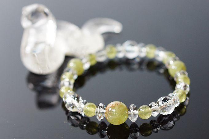 綠石榴石&白水晶 巳蛇代表柔韌。配戴淺綠色寶石能帶給婚姻幸福。N290