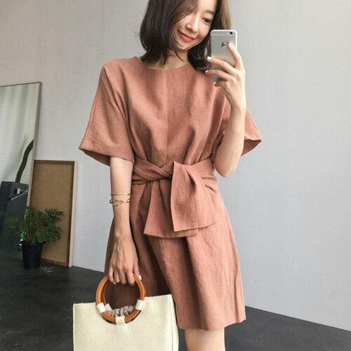 休閒洋裝 簡約腰部綁帶後領釦短袖連身裙 艾爾莎【TGK6507】 0