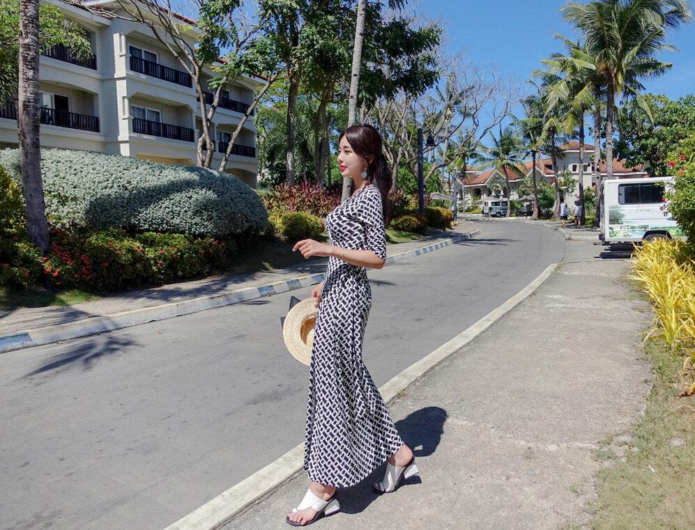 開叉洋裝 經典黑白圖案V領連身裙 艾爾莎【THB5298】 2