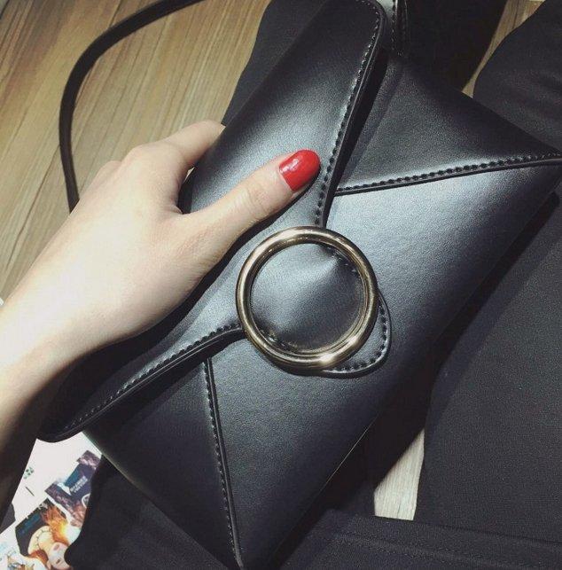 【Miss 小Q】韓國 羊皮 真皮 小方包 小包 側背包新品韓國金屬圈裝飾閉合信封小包包純色PU皮單肩斜跨包潮