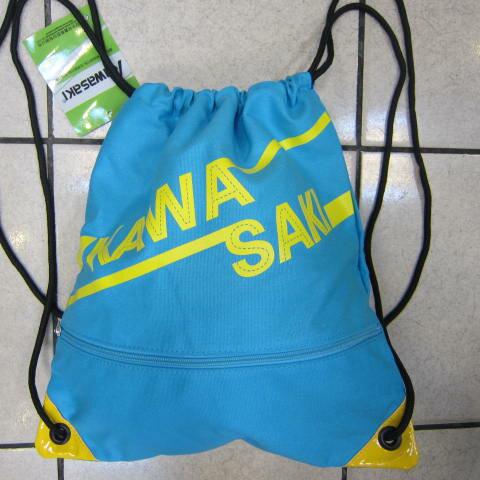 ~雪黛屋~KAWASAKI 束口後背包大容量正面背面有拉鍊外袋口可放A4資料夾防水帆布隨身包正版限量授權品KA162 水藍