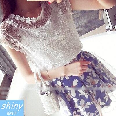 【V0842】shiny藍格子-甜美夏感.鏤空花朵造型圓領短袖上衣