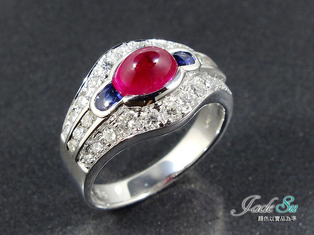 Jade Su Jewelry紅寶石鑽戒,頂級鴿血紅0.67克拉,鑲嵌天然南非鑽石圓形28P重0.75克拉,藍寶石2P重0.26克拉,搭配18白K金戒台