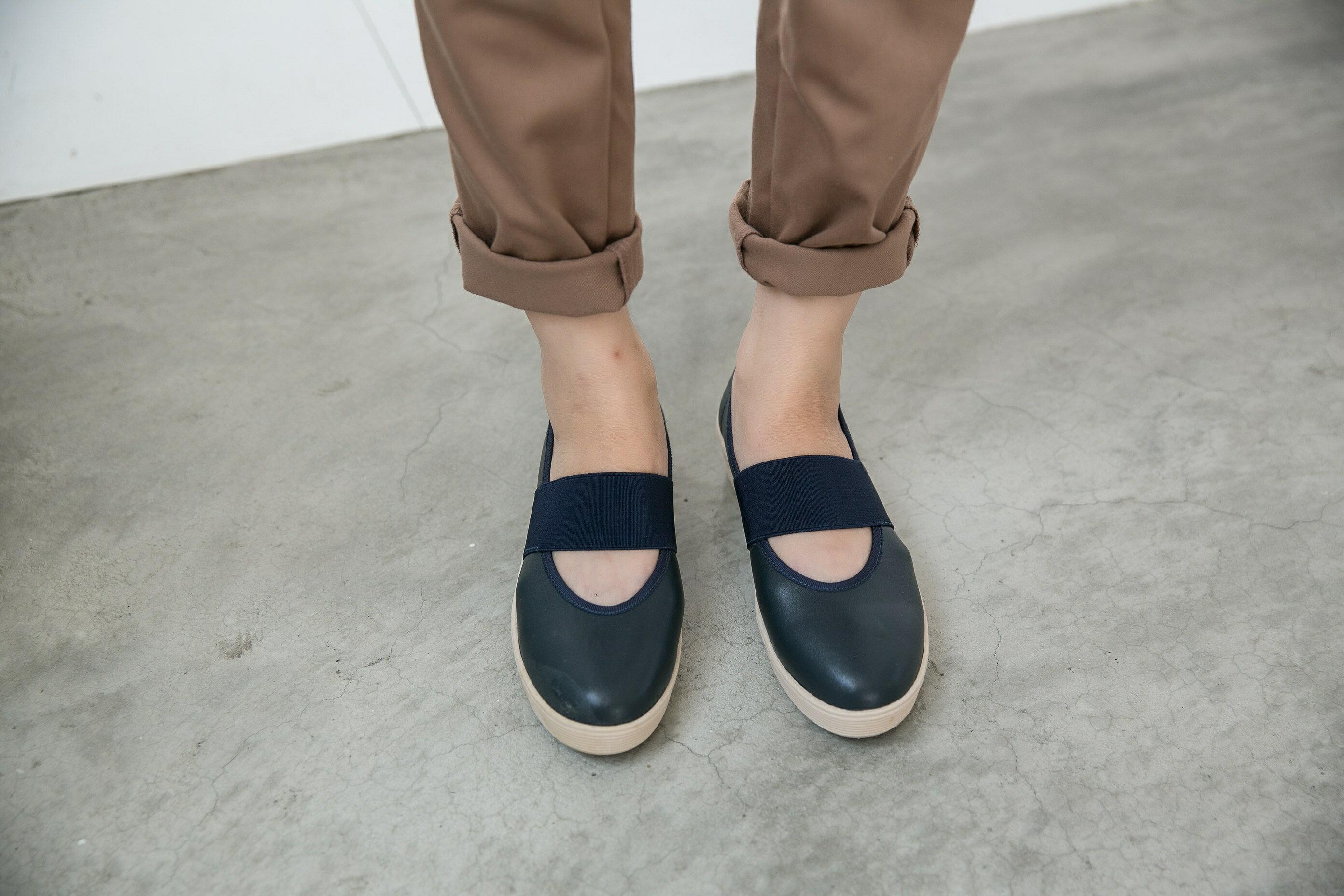Aimez La Vie 超輕氣墊鞋|圓頭鬆緊帶厚牛皮休閒鞋 1