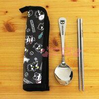 世界地球日,環保愛地球到〔小禮堂〕酷企鵝 不銹鋼匙筷餐具組《黑.朋友滿版.XO-8237》附防水收納套