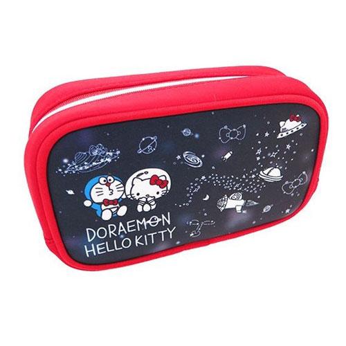 藍色款【日本進口正版】哆啦A夢 x Hello Kitty 立體防震化妝包 收納包 筆袋 小叮噹 凱蒂貓 - 412678