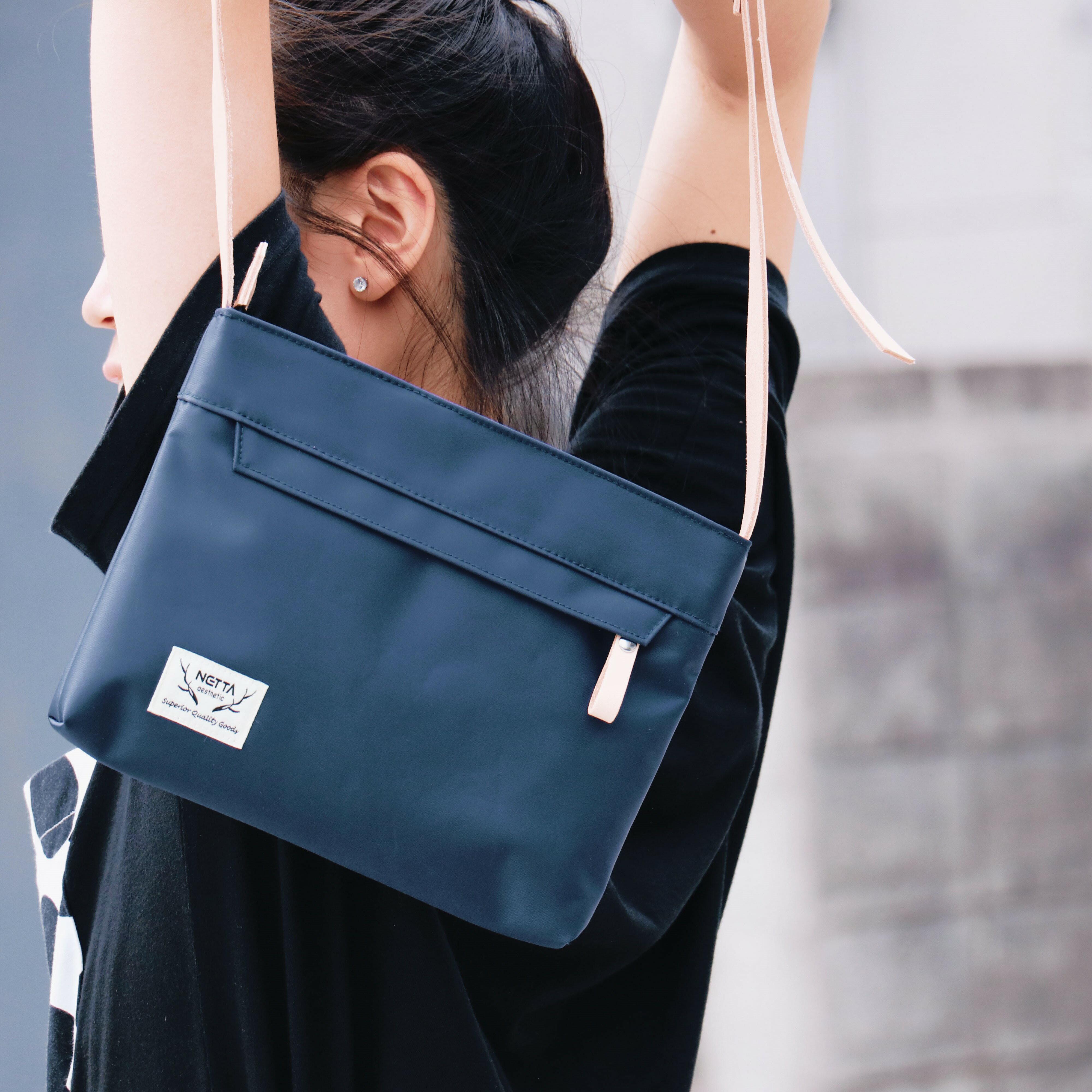 防潑水植鞣革橫式斜背包/藍色【NETTA】