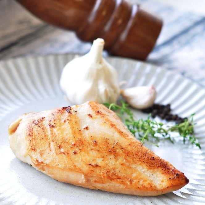 {最夯天菜大廚舒肥料理 選我就對了}  在家讓你輕鬆當大廚 鎖住食材原汁原味 顛覆你的想像 雞胸肉嫩到爆汁  料理於沙拉中 健康無負擔  舒肥 蒜味百里香風味雞胸(170公克*2)