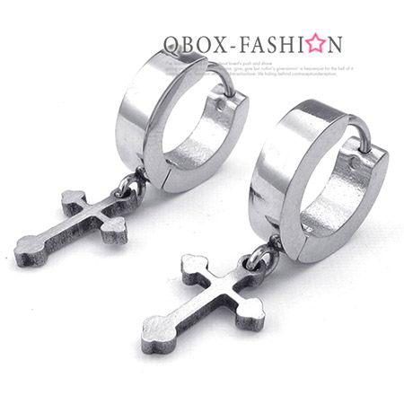 《QBOX》FASHION飾品【W10023911】精緻個性黑素面環扣十字架316L鈦鋼環扣式耳環(防過敏)