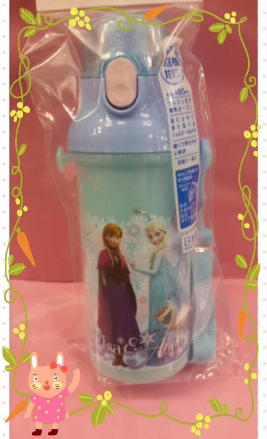 【淘氣寶寶】日本製 日本彈蓋式直飲式水壺480ml [冰雪奇緣] ~附可拆式背帶及姓名貼紙