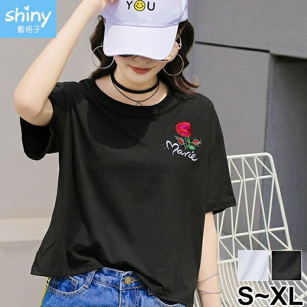 【V2471】shiny藍格子-熱情美感.玫瑰花刺繡圓領短袖上衣