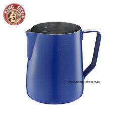 金時代書香咖啡 Tiamo 不沾塗層厚款刻度指示拉花杯 藍色 950ml HC7088BU