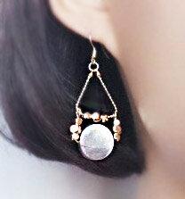 77美妝:不對稱光澤海貝黃銅垂墜耳環