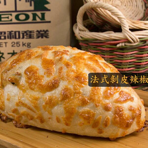 法式剝皮辣椒︱麵包︱乳酪絲、剝皮辣椒、法國麵粉,用最新鮮的食材,做出最獨特的麵包,精緻外型就像辣椒一樣迷人。(奶素)