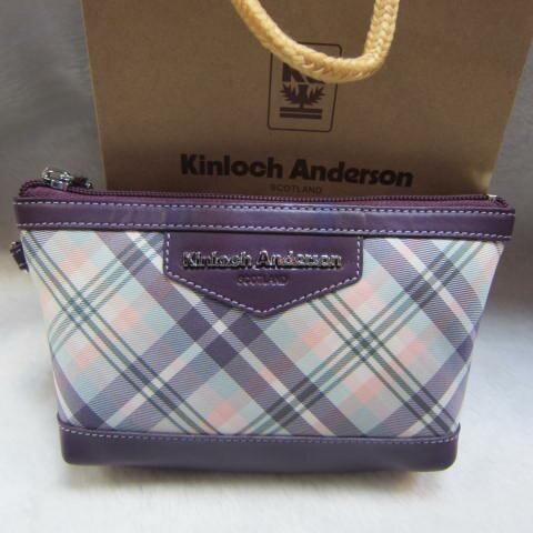 <br/><br/>  ~雪黛屋~Kinloch Anderson英國 金安德森格紋化妝包手拿分類緹花布+100%牛皮KA-151006繽紛紫<br/><br/>