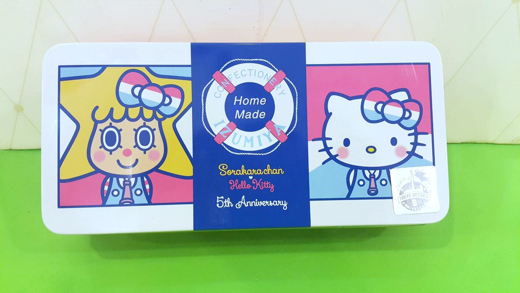 X射線【C003696】日本晴空塔代購-晴空塔 x Hello Kitty 5週年限定版紀念餅乾罐,點心/零嘴/餅乾/糖果/韓國代購/日本糖果/零食/伴手禮/禮盒