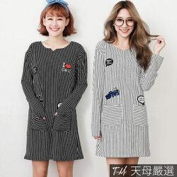 【天母嚴選】 字母貼布直條紋雙口袋長版上衣/洋裝(共二色)