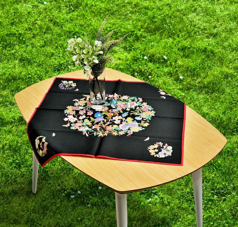 日本集采苑 - Flower 百花繚乱(黑)手帕/方巾/頭巾禮品袋《日本設計製造》《全館免運費》,從設計、織法、染印到織工,每個階段皆由一流頂尖職人親自完成
