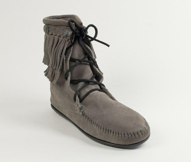【Minnetonka 莫卡辛】灰色-純手工雙層流蘇短靴【全店滿4500領券最高現折588】 0