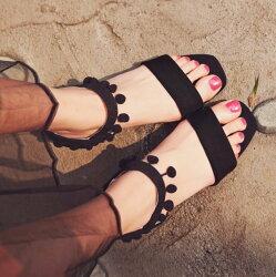 Pyf ♥ 毛球裝飾 低跟露趾鬆緊帶一字粗跟涼鞋  43大尺碼女鞋