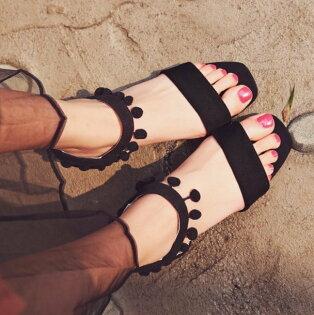 Pyf♥毛球裝飾低跟露趾鬆緊帶一字粗跟涼鞋43大尺碼女鞋