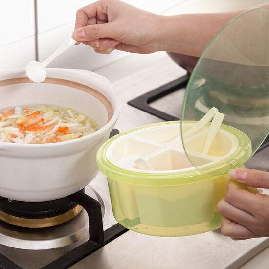 ?MY COLOR?圓形分格廚房調味盒(大) 透明 帶蓋 廚房 烘焙 料裡 烹飪 附勺 按壓 手柄【K46-1】