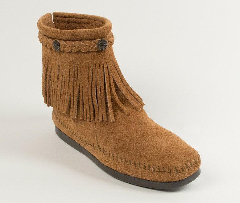 【Minnetonka 莫卡辛】土駝色 - 麂皮後拉鍊流蘇莫卡辛短靴 0