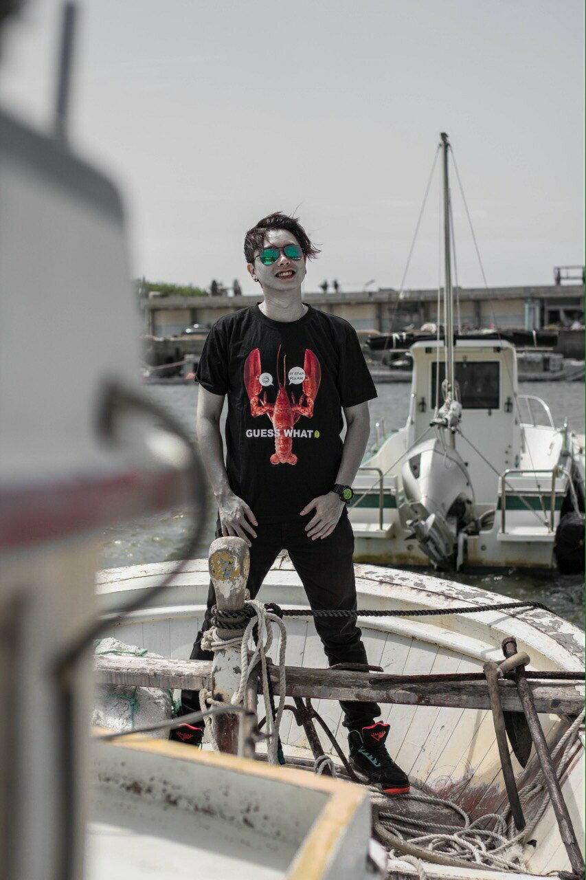 G.W.~龍蝦新裝_男女中性款~ 款  短袖T恤  SIT DOWN PLEASE  新裝