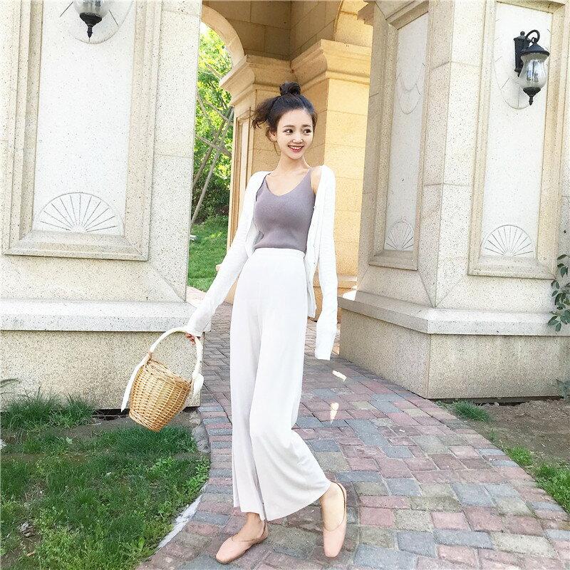 白色排扣小外套+杏色直筒褲+百搭純色背心