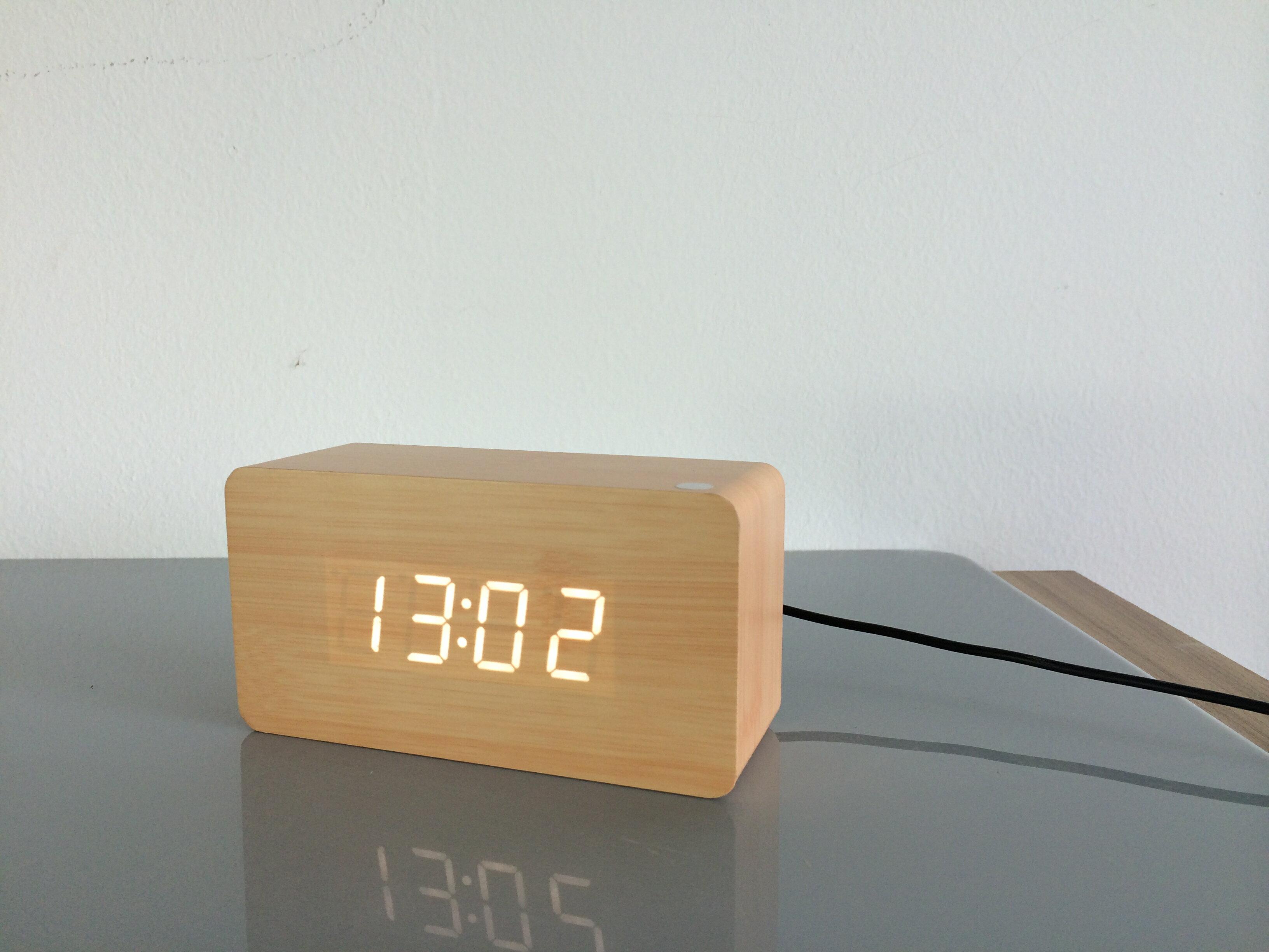 【現貨 】USB 聲控 木質時鐘 簡約時尚  電子鬧鐘 日期 溫度 濕度 萬年曆 迷你鬧鐘 LED 8