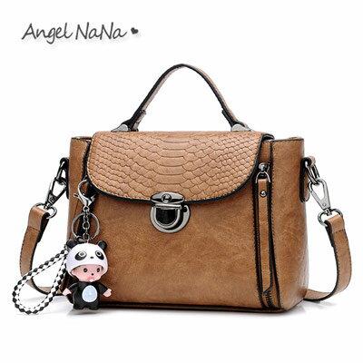 AngelNaNa:手提包-英倫風蛇紋鱷魚紋包蓋可愛吊飾斜背包AngelNaNa【BA0283】