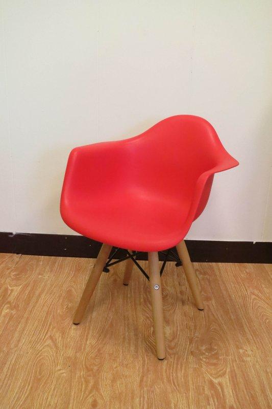 【新生活家具】 紅色 扶手 北歐風 實木腳 餐椅 兒童椅 伊姆斯 DSW Eames 歐瑞 非 H&D ikea 宜家