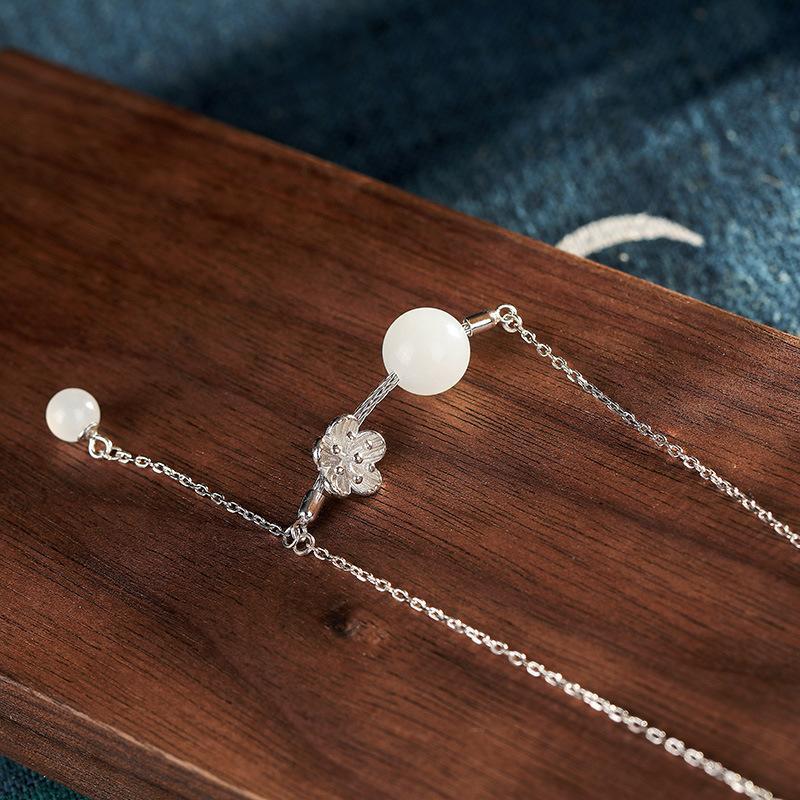 S925銀鑲嵌天然和田玉白玉圓珠梅花流行時尚女鎖骨鏈掛墜1入