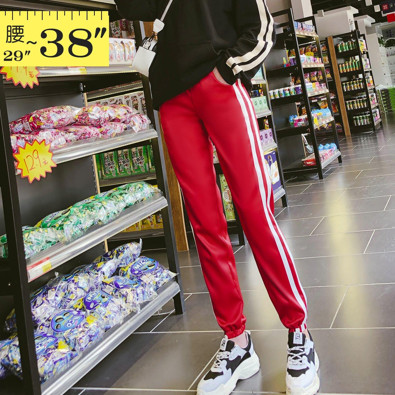 休閒褲--時髦舒適鬆緊撞色條紋收口顯瘦絲滑運動休閒長褲(黑.紅XL-5L)-P139眼圈熊中大尺碼 1