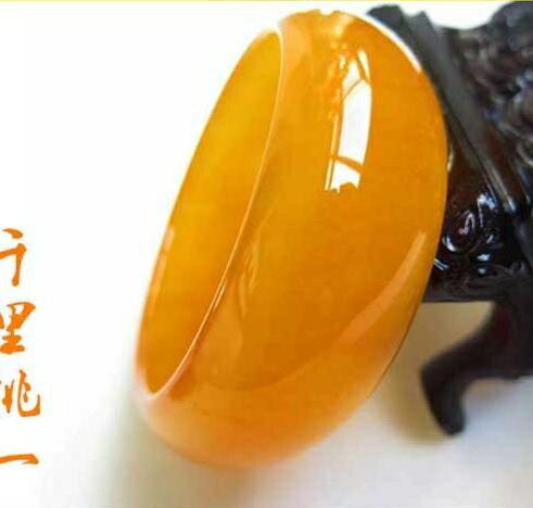 【免運快出】玉鐲玉手鐲新疆和田黃玉金絲玉戈壁玉雞油黃加寬加厚女款玉鐲子歐美韓熱銷創時代3C 交換禮物 送禮