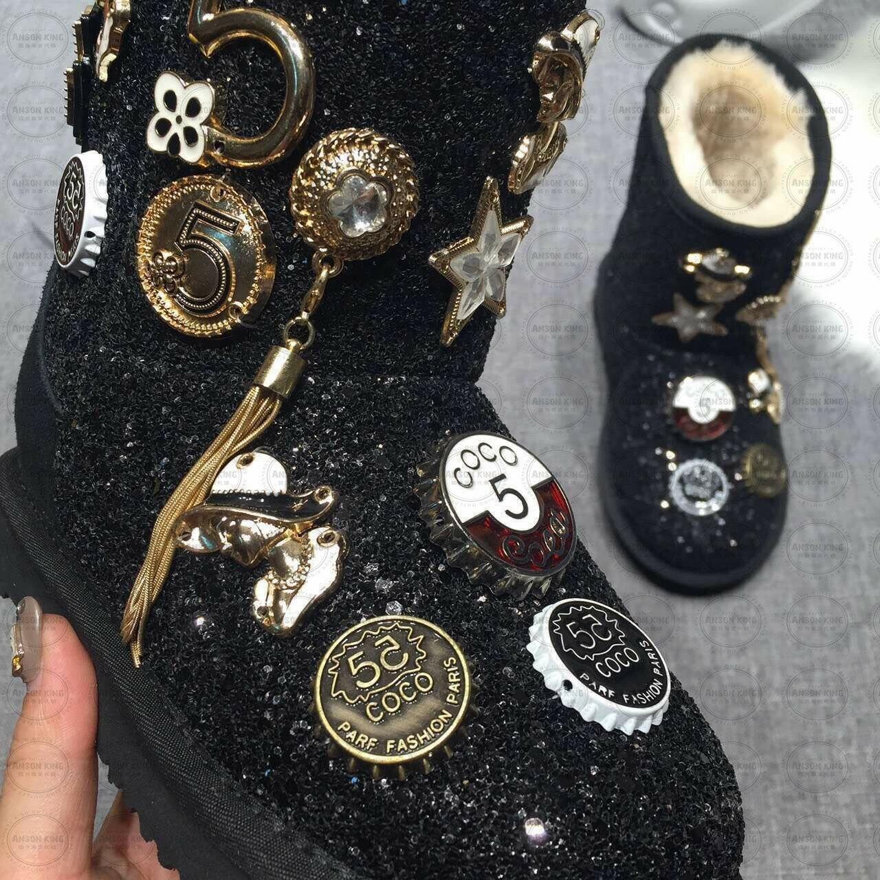 OUTLET正品代購 澳洲 UGG 聖誕款徽章 兒童雪靴 中長靴 保暖 真皮羊皮毛 雪靴 短靴 黑色 2