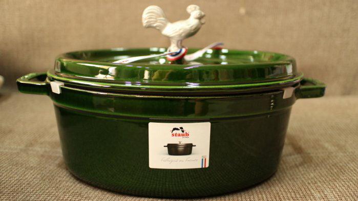 【法國 STAUB】橢圓 公雞 鑄鐵鍋 31cm(5.75QT) 羅勒綠 附替換頭