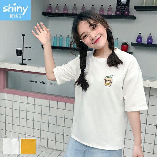 【V2284】shiny藍格子-隨興夏日.香蕉牛奶刺繡圖短袖上衣